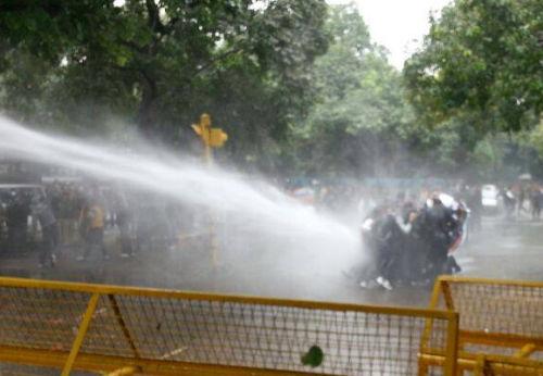 BJYM protest at Rahul gandhi residence